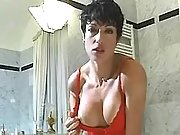 Milf does excellent blowjob in bath